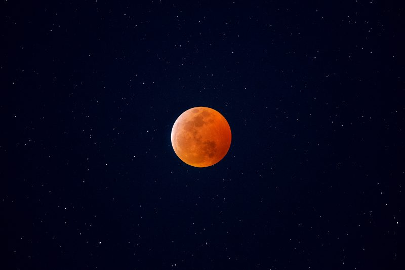 Best Equipment for Star Photography: Lunar eclipse